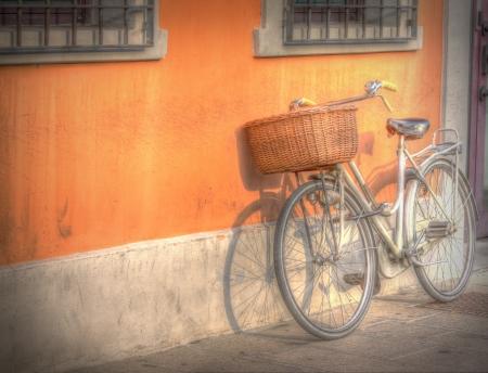 decorated bike: Biciclette e arancione edificio