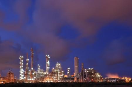 industria petroquimica: Industria petroqu�mica durante el atardecer Foto de archivo