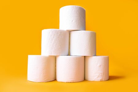 Roll of toilet paper on color background, top view. Space for text Imagens