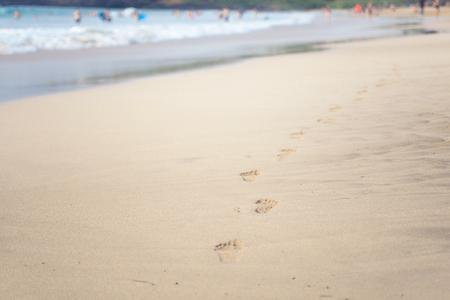 huella pie: tranquilo paseo por el océano dejando descalza se imprime en la arena caliente