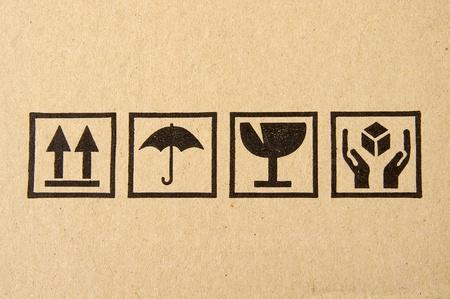 En gros plan image symbole fragile grunge noir sur carton