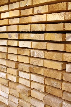 Cerrar vista de tablas de madera apilados  Foto de archivo