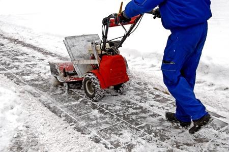 Man arbeitet mit einer Schnee Blasmaschine v Standard-Bild