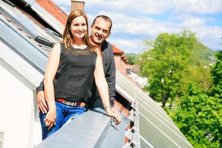 家の所有者は彼の屋根にソーラー パネルに満足しています。 写真素材 - 69370702