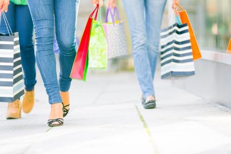 Young Women Shopping Zdjęcie Seryjne - 70070520