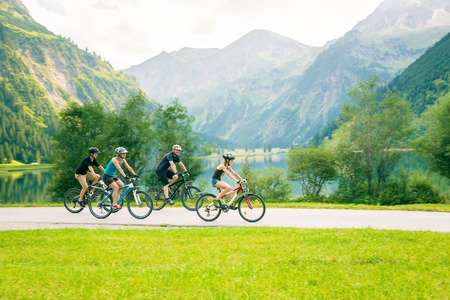 Family Of Four Cycling Standard-Bild