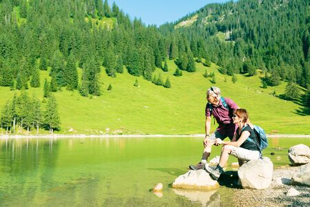 Hiking Senior Couple Banque d'images