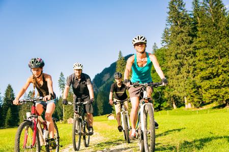 Family Of Four Cycling Zdjęcie Seryjne