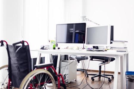 Chaise roulante vide devant un bureau dans un bureau moderne Banque d'images - 70542147