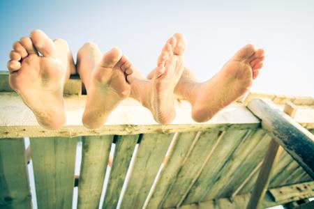 Junge Paare durch das Meer Standard-Bild
