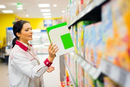 oficinista: Empleado de ventas Recarga de estantes en el supermercado