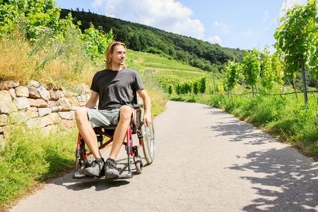 Jeune homme en chaise roulante Banque d'images - 70671783