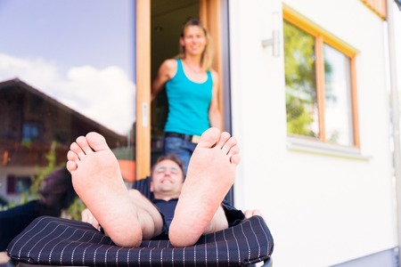 Erwachsene Mann Entspannung auf Patio