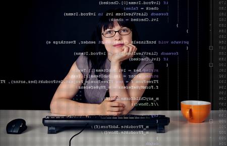 Jonge vrouw die een C-scherp programma schrijft Stockfoto