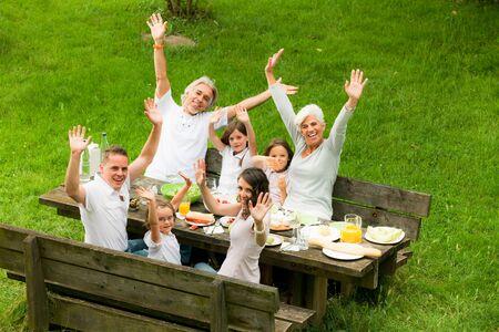 picknick: Big Family Having A Picnic In The Garden