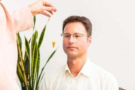 De mens wordt gehypnotiseerd door Therapeut