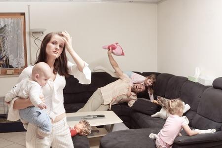Stressed Mother With Family Zdjęcie Seryjne - 71590282