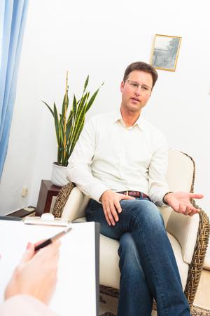 psique: Al ver a un psicoterapeuta hombre Foto de archivo