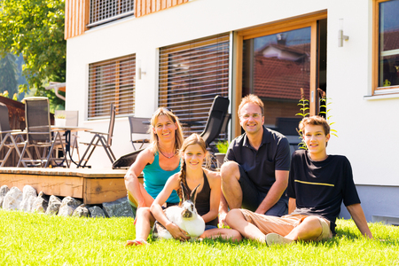 Family Of Four In Their Back Yard Standard-Bild