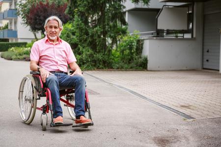 Personnes âgées en chaise roulante Banque d'images - 76760506