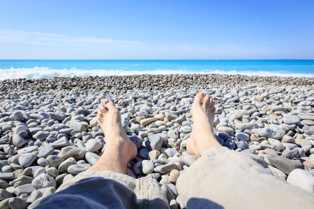 Turista a la mentira agradable en la playa