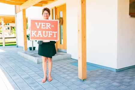 Vrouwelijke makelaar voor een huis Stockfoto