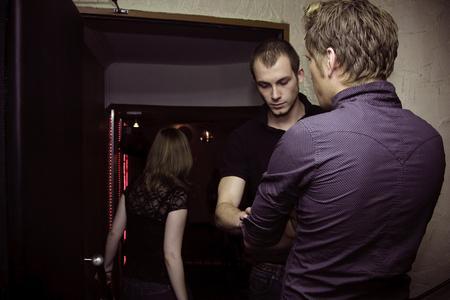 Bouncer controleren mensen op de nachtclub