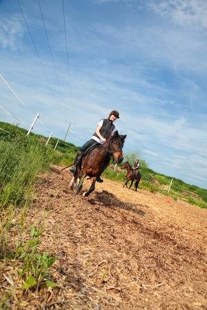 Meisje en jonge vrouw met hun paarden
