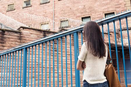 Jonge vrouw mist haar gevangene vriendje