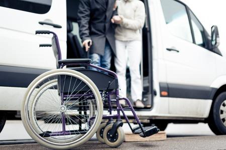 Nurse Helping Senior Man Exit A Van Standard-Bild