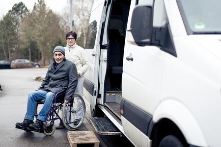 Nurse Helping Senior Man Exit A Van Stockfoto