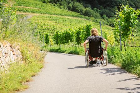 Jeune homme en fauteuil roulant Banque d'images - 92534134