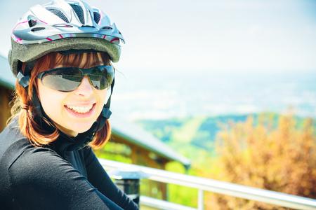 그녀의 산악 자전거를 타는 젊은 여성