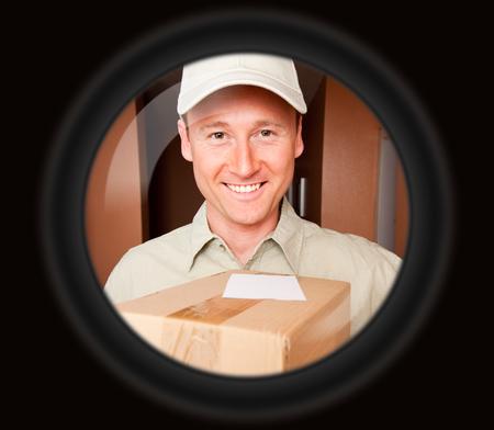 niño con paquetes de regalos a través de la puerta del espectador Foto de archivo