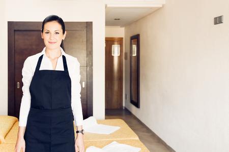 Maid Making A Hotel Room Zdjęcie Seryjne