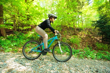 Young Woman Riding Her Mountain Bike Zdjęcie Seryjne