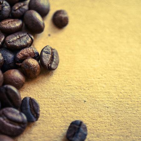 papier couleur: grains de caf� sur la couleur cru fond de papier Banque d'images