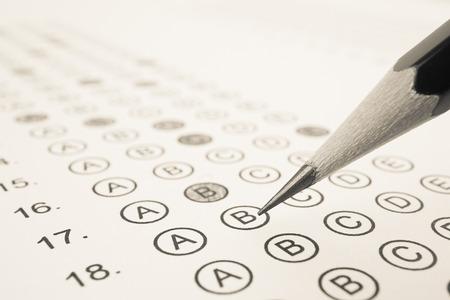 교육 개념에 대한 시트와 연필 답변 스톡 콘텐츠