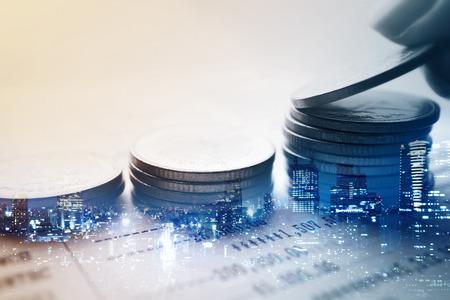 Podwójna ekspozycja miasta i rzędy monet koncepcji finansów i bankowości Zdjęcie Seryjne