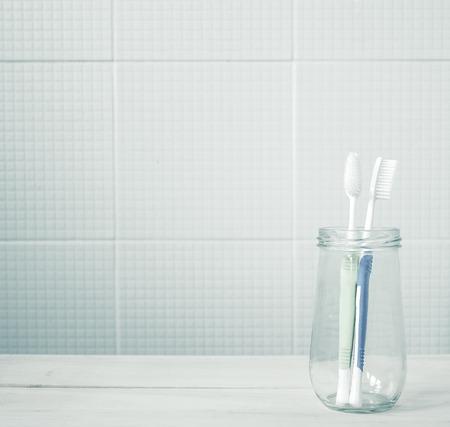 건강 관리 개념 욕실 부드러운 색상의 유리 병에 칫솔