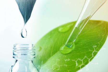 gota de agua de la hoja y de laboratorio para el concepto de química natural