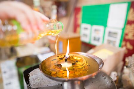 auspicious element: Pouring oil into the fire