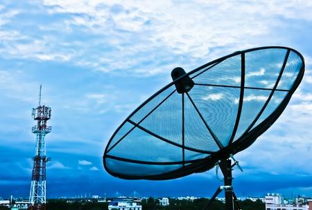 antena parabolica: Las antenas parab�licas en la noche de la ciudad
