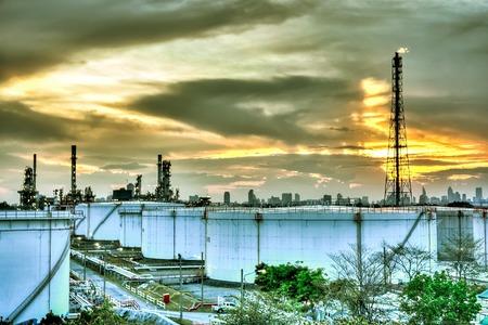 L-Raffinerie am Abend Standard-Bild - 33695699