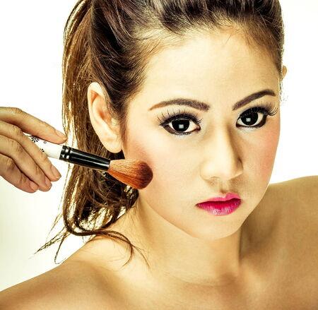Frau Make-up mit einem Pinsel Standard-Bild - 33958285