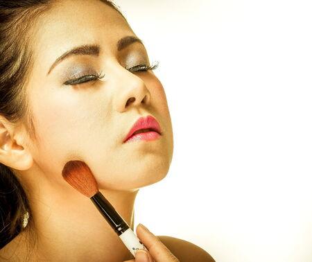 Frau Make-up mit einem Pinsel auf weißem Hintergrund Standard-Bild - 33958288