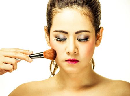 Frau Make-up mit einem Pinsel auf weißem Hintergrund Standard-Bild - 33958303