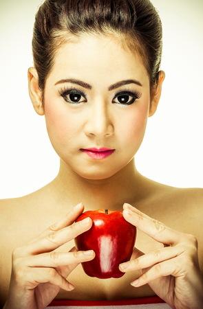 Schönes Mädchen halten einen Apfel  Standard-Bild - 35015517