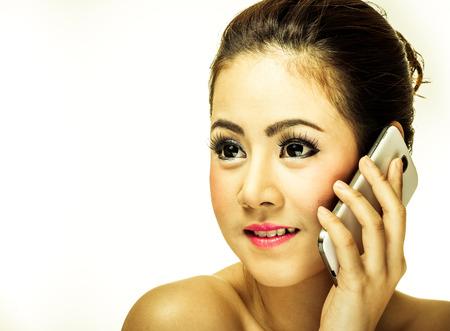 Hübsches Mädchen hält ein Handy Standard-Bild - 35015519