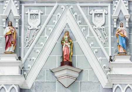 Statue vor der Kirche sah friedlich Standard-Bild - 35302516
